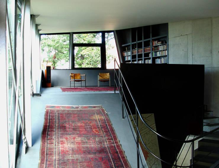 EIN HAUS DAS AUS DEM FELS WÄCHST:  Wohnzimmer von heisenbergbrenner  architekten