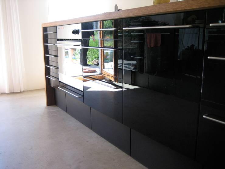 Sägenösch: moderne Küche von WERKHAUS Architekten Ingenieure