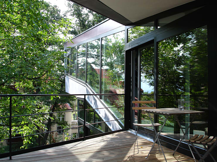 EIN HAUS DAS AUS DEM FELS WÄCHST:  Häuser von heisenbergbrenner  architekten