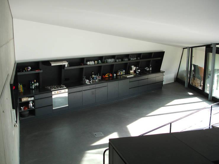 EIN HAUS DAS AUS DEM FELS WÄCHST:  Küche von heisenbergbrenner  architekten