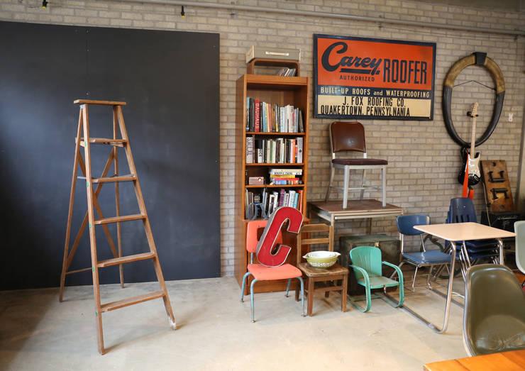 gu vintage shop furnitures and accessories: GU VINTAGE SHOP의 현대 ,모던