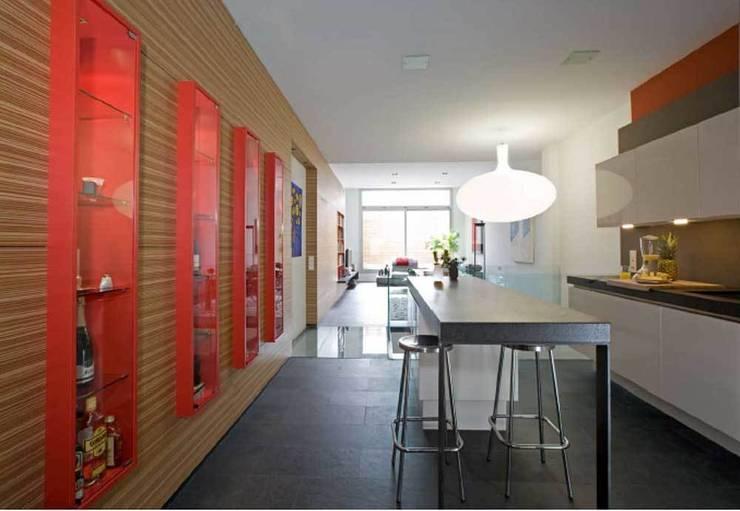 Espacio diáfano cocina-comedor-salón.: Cocinas de estilo moderno de SOLER-MORATO ARQUITECTES SLP