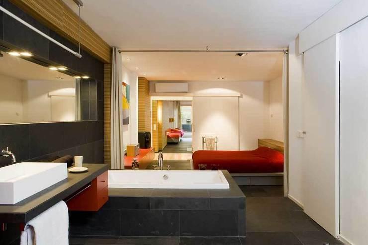 Habitación suite: Dormitorios de estilo  de SOLER-MORATO ARQUITECTES SLP
