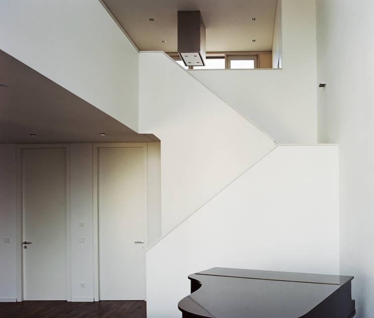 走廊 & 玄關 by ZOOMARCHITEKTEN, 古典風