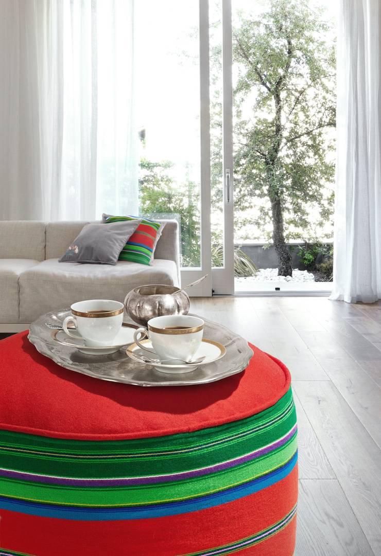 Pufa i poduszki Folka.pl w białym salonie: styl , w kategorii Salon zaprojektowany przez FOLKA