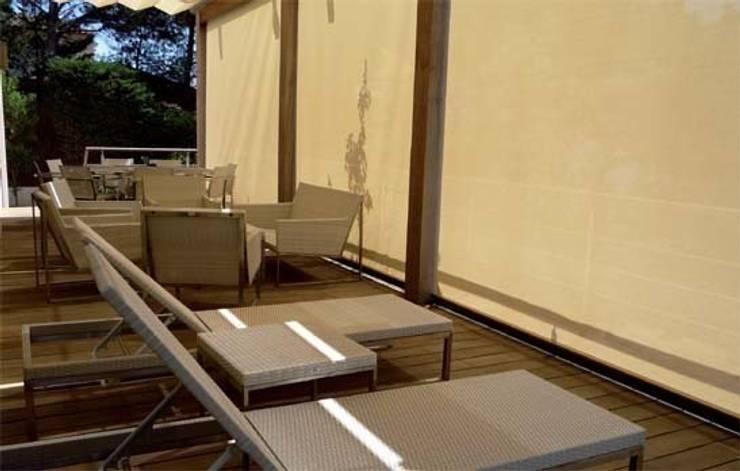 Toldo telón ideal para cerramientos entre muros,: Balcones y terrazas de estilo  de Comercial MecanoToldo S.L.U