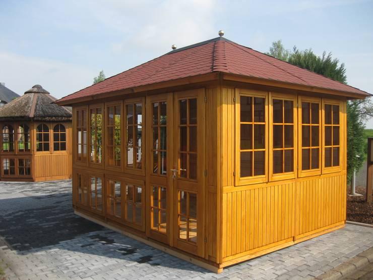 Giardino in stile in stile Rustico di RIWO Gartenpavillons