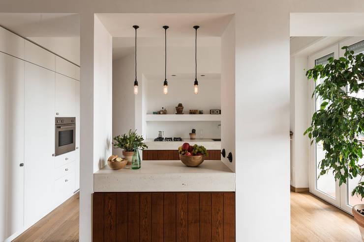 Woodboard House: Sala da pranzo in stile  di Cecilia Fossati