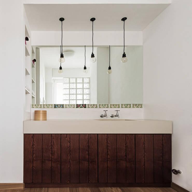 Woodboard House: Bagno in stile  di Cecilia Fossati