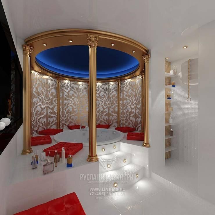 КОЛОННЫ И ВИТРАЖ В ИНТЕРЬЕРЕ ДЖАКУЗИ: Ванные комнаты в . Автор – Студия дизайна интерьера Руслана и Марии Грин