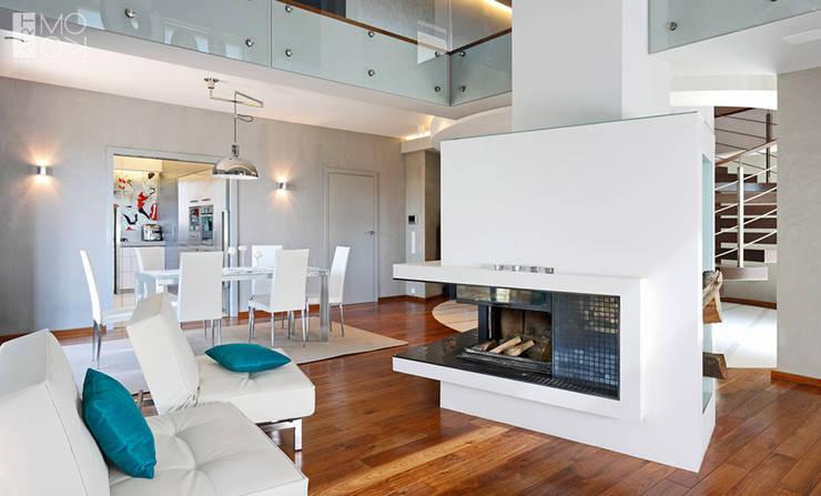 Dwukondygnacyjny salon z kominkiem : styl , w kategorii Salon zaprojektowany przez Pracownia projektowa artMOKO