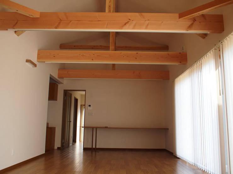 リビング: KAWAZOE-ARCHITECTSが手掛けたリビングです。