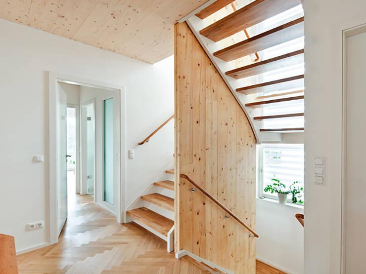 Projekty,  Korytarz, przedpokój zaprojektowane przez Müllers Büro