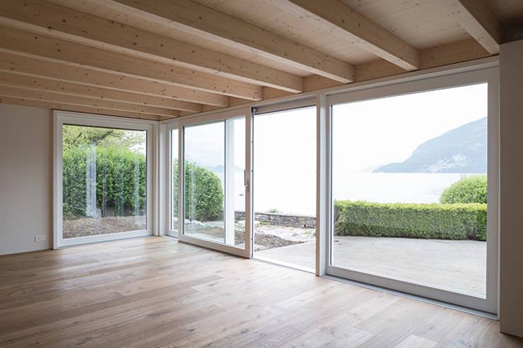 Ferienhausumbau in Leissigen:  Wohnzimmer von Oliver Brandenberger Architekten BSA SIA