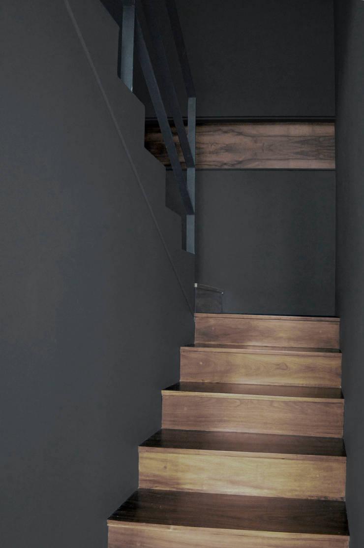STAIRWAY : Vestíbulos, pasillos y escaleras de estilo  por LUNCHSTUDIO.