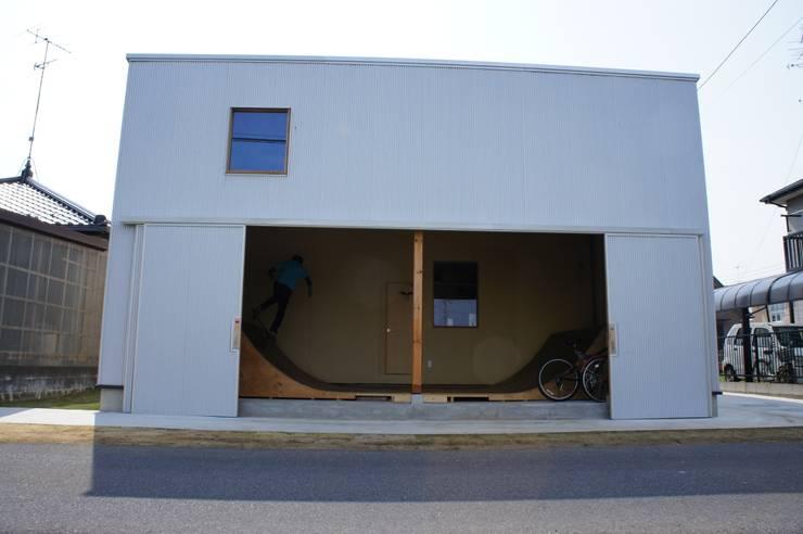 The House for ride the wave.: tai_tai STUDIOが手掛けたホームジムです。