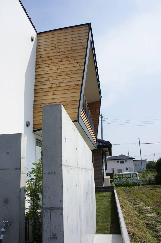 The House for ride the wave.: tai_tai STUDIOが手掛けたテラス・ベランダです。