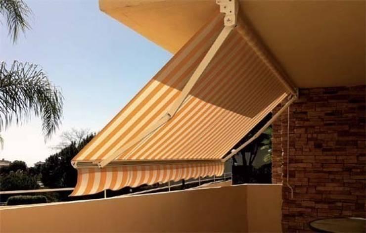 Toldo de brazos invisibles.: Balcones y terrazas de estilo  de Comercial MecanoToldo S.L.U