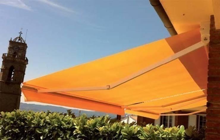 Toldo de brazos invisibles: Balcones y terrazas de estilo  de Comercial MecanoToldo S.L.U