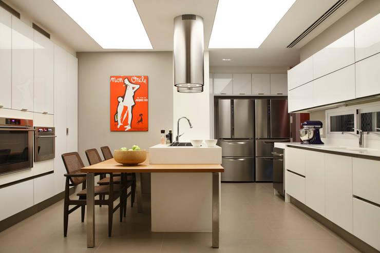 Apartamento WSS: Cozinhas modernas por Yamagata Arquitetura