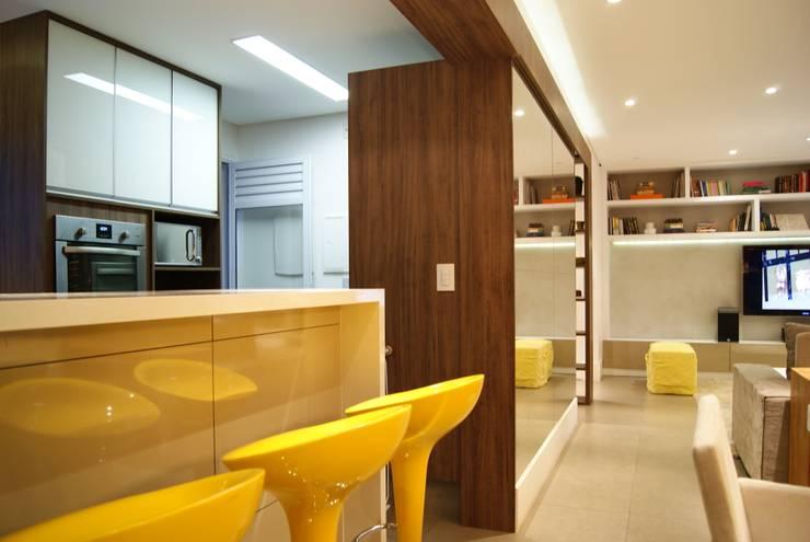 BB: Salas de estar  por Luciana Tomas Arquitetura,