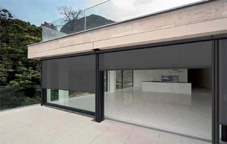 Toldo telón con sistema de guiado mediante cremallera. : Balcones y terrazas de estilo  de Comercial MecanoToldo S.L.U