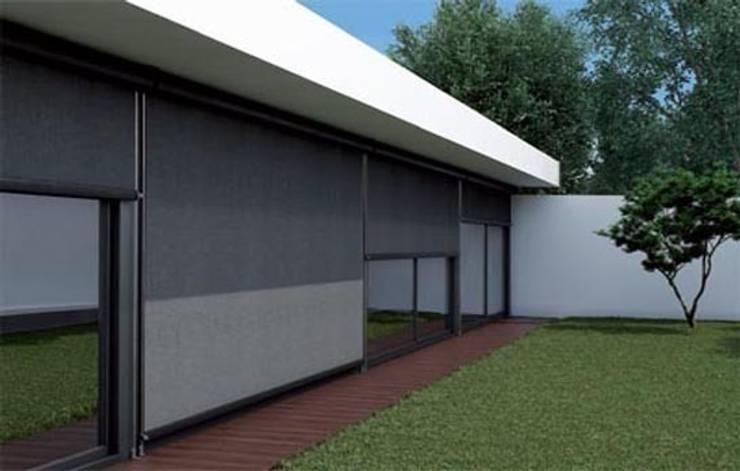 TOLDO SEMICOFRE: Balcones y terrazas de estilo  de Comercial MecanoToldo S.L.U