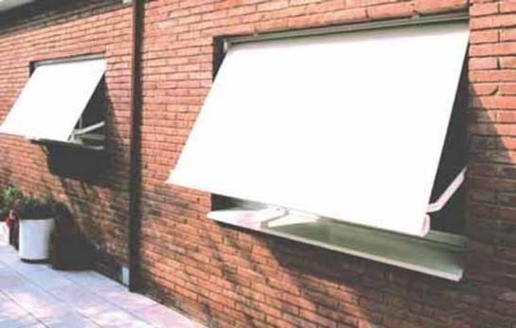 Clasico toldo de ventana: Balcones y terrazas de estilo  de Comercial MecanoToldo S.L.U