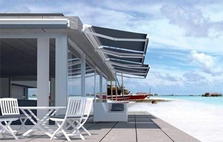 Toldo semicofre monobloc de brazos invisibles. : Balcones y terrazas de estilo  de Comercial MecanoToldo S.L.U