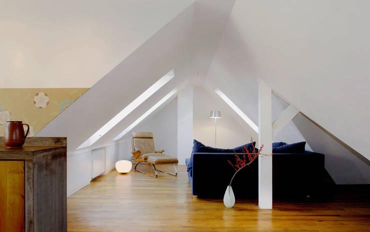 Umbau Stadthaus Köln Klettenberg: klassische Wohnzimmer von sophisticated architecture Fietzek von Dreusche Partnerschaft GmbB