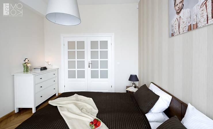 Sypialnia z dwuskrzydłowymi drzwiami: styl , w kategorii Sypialnia zaprojektowany przez Pracownia projektowa artMOKO
