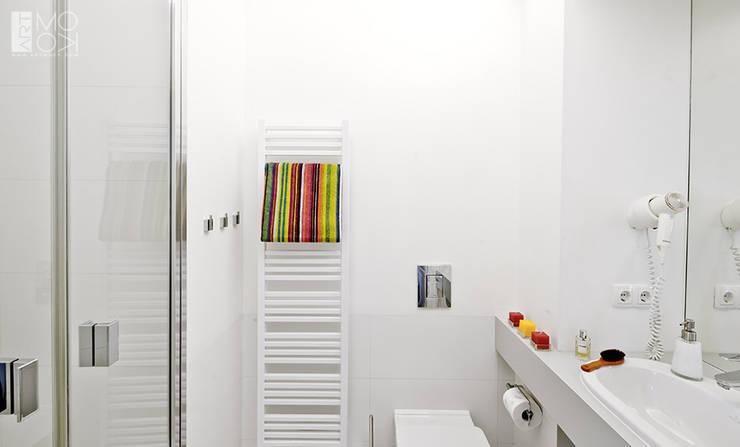 Prosta, biała łazienka: styl , w kategorii Łazienka zaprojektowany przez Pracownia projektowa artMOKO