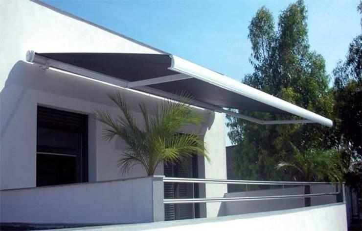 Toldo Cofre grandes dimensiones: Balcones y terrazas de estilo  de Comercial MecanoToldo S.L.U