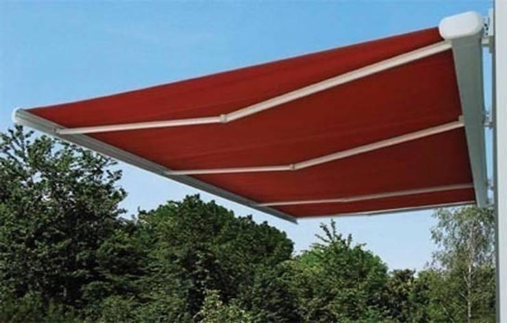 Toldo cofre de grandes dimensiones: Balcones y terrazas de estilo  de Comercial MecanoToldo S.L.U