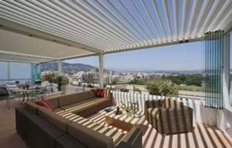 Pérgola Bioclimática : Balcones y terrazas de estilo  de Comercial MecanoToldo S.L.U