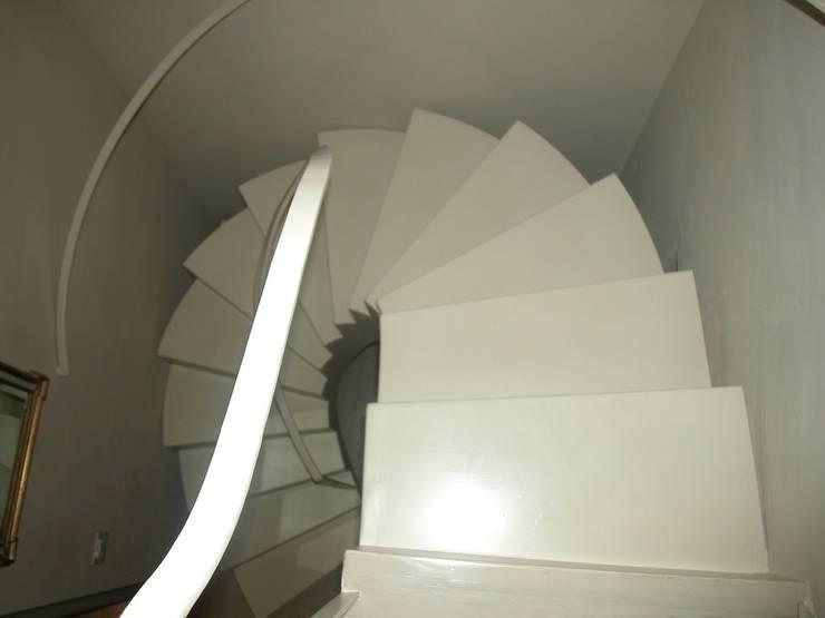 """Scala """"scultura"""": Ingresso & Corridoio in stile  di Studio Mazzei Architetti"""