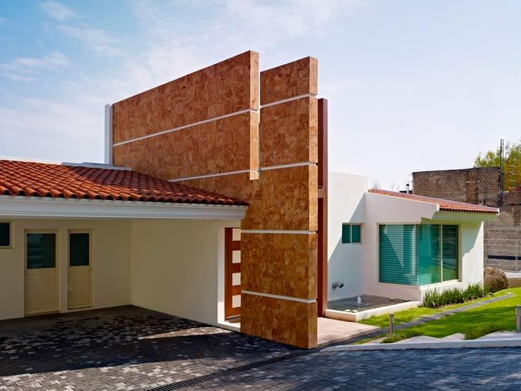 Casa Altavista: Garajes de estilo  por Excelencia en Diseño