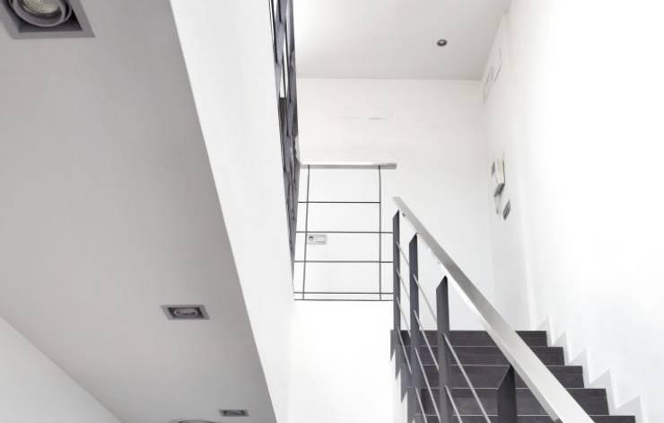 Casa CC: Pasillos y vestíbulos de estilo  de costa+dos