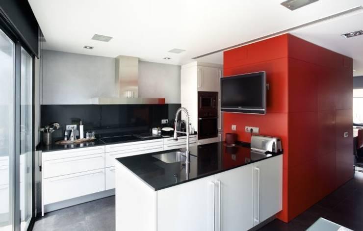 Casa CC: Cocinas de estilo minimalista de costa+dos
