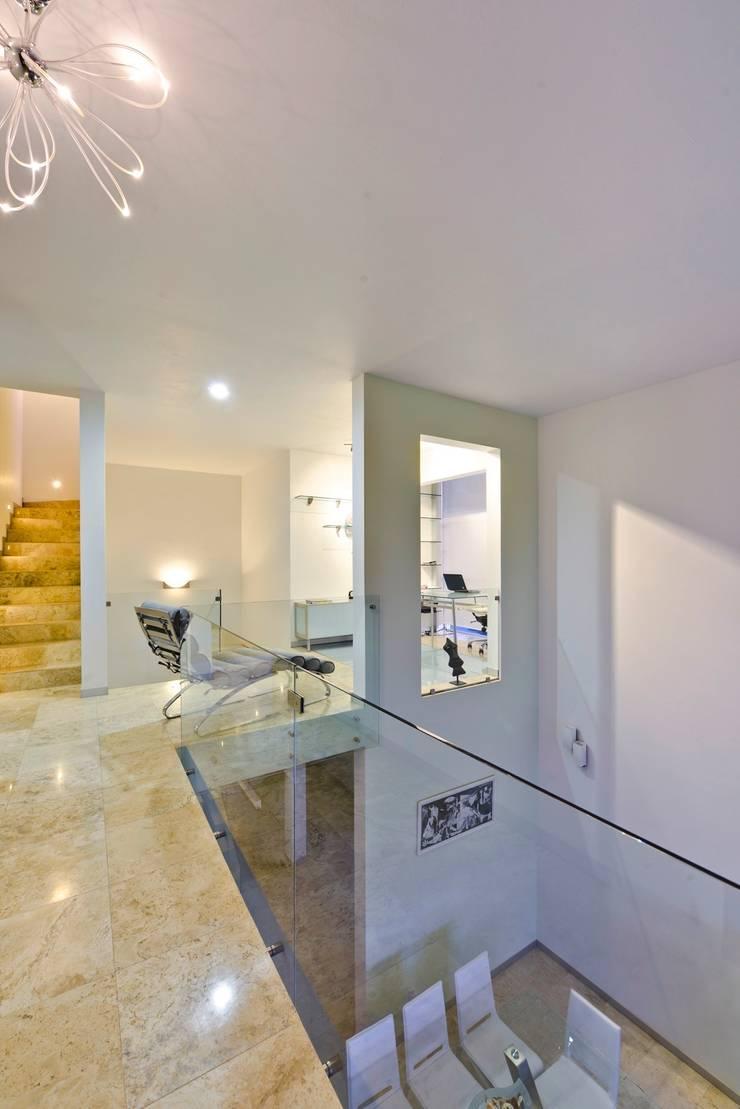 Casa NB: Pasillos y recibidores de estilo  por Excelencia en Diseño