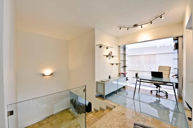 Casa NB: Estudios y oficinas de estilo minimalista por Excelencia en Diseño