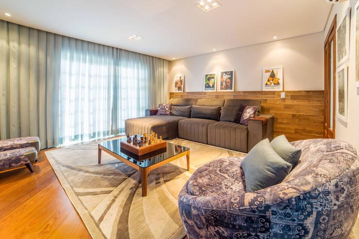 Sala de Estar / Tv com lareira: Salas multimídia  por Liana Salvadori Arquitetura e Interiores