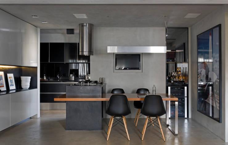 Real Parque Loft: Salas de jantar modernas por DIEGO REVOLLO ARQUITETURA S/S LTDA.