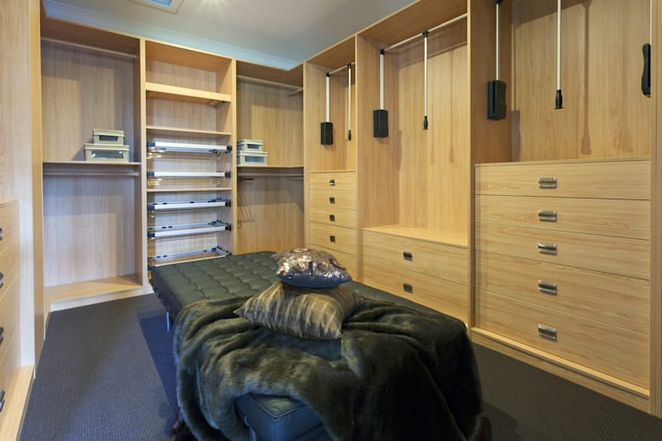 Fitted Walk in Wardrobe:  Dressing room by Piwko-Bespoke Fitted Furniture