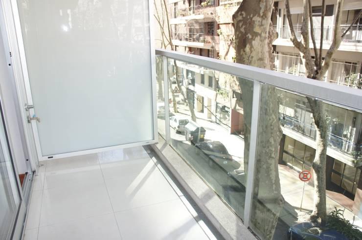 Un Balcón de Agua de Estudio Nicolas Pierry: Diseño en Arquitectura de Paisajes & Jardines Moderno