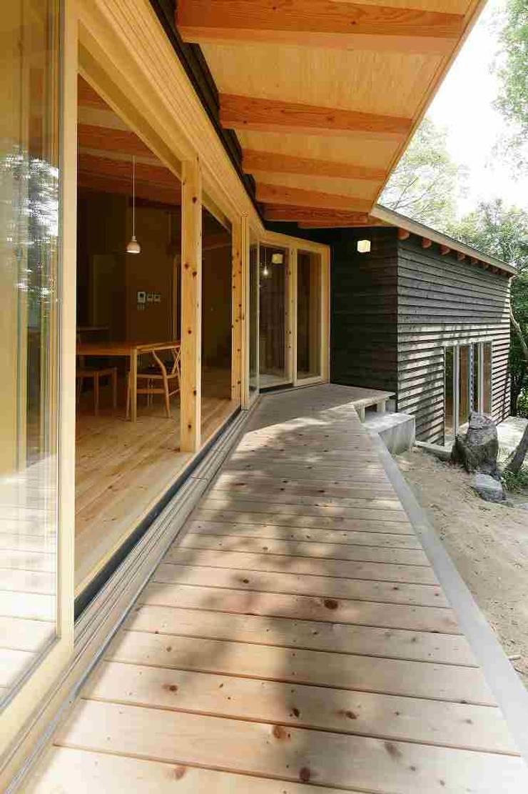 縁側: 後藤建築設計が手掛けたテラス・ベランダです。