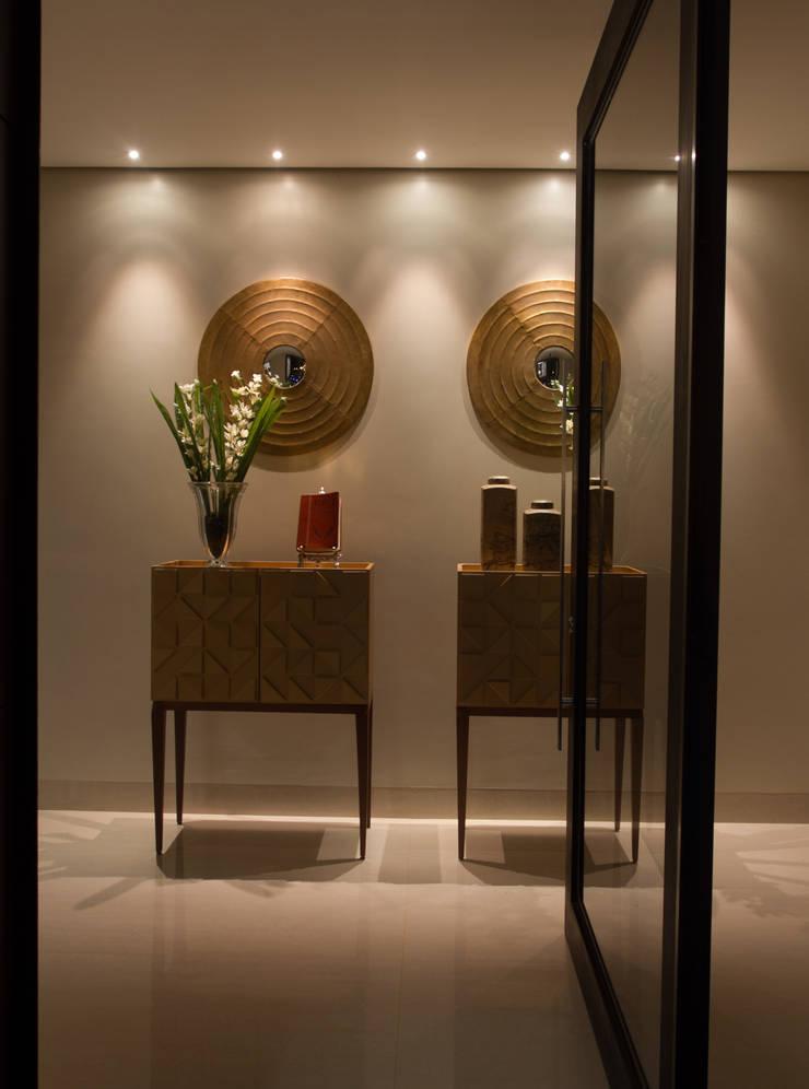 Hall minimalista: Corredores e halls de entrada  por RABAIOLI I FREITAS,