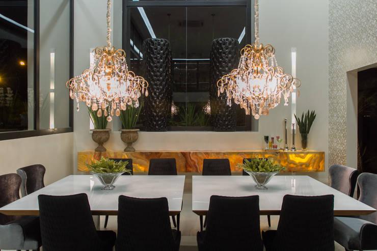 Simetria e ousadia: Salas de jantar  por RABAIOLI I FREITAS,