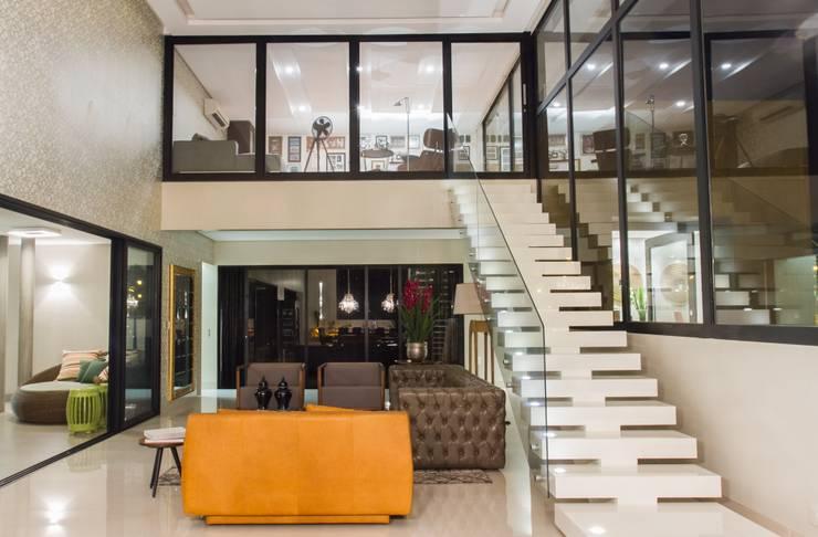 Mezanino, espaço de reflexão da família.: Corredores e halls de entrada  por RABAIOLI I FREITAS,