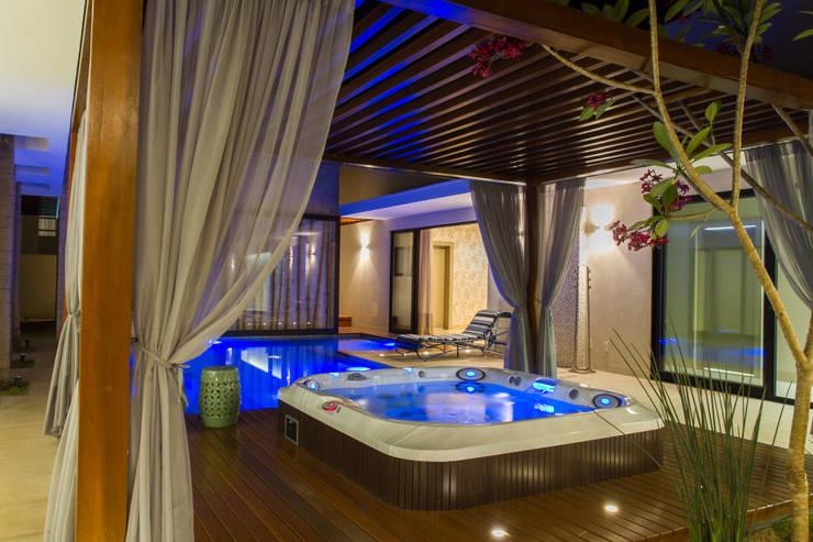 O Spa em Dossel, um convite a relaxar!: Piscinas modernas por RABAIOLI I FREITAS